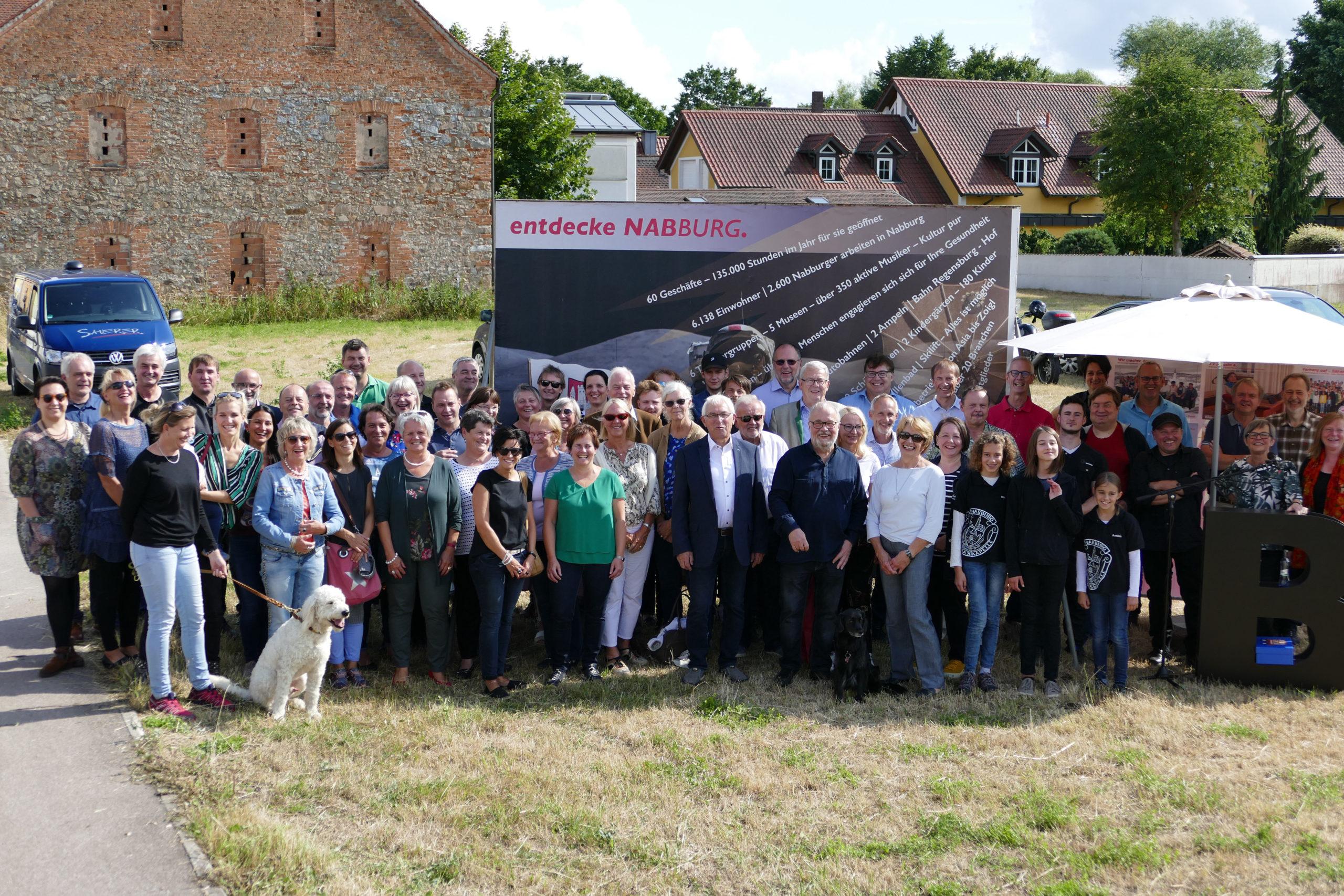 Foto mit vielen Beteiligten der Imagekampagne bei der Abschlussfeier_Fotograf Reinhard Westiner, © netzwerkNAbburg
