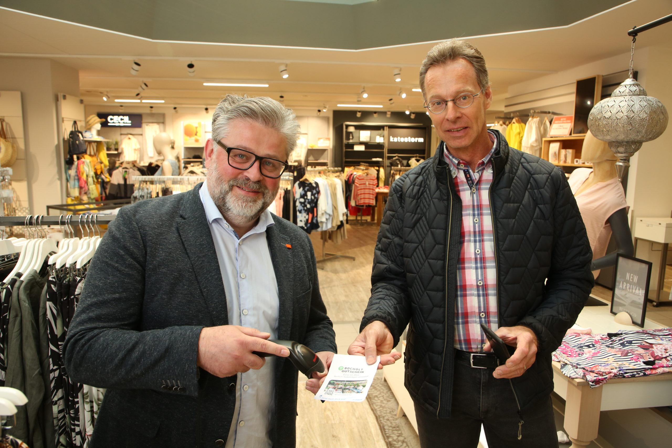 Händler Stefan Friederich (links) und Stadtmarketing Chef Ludger Dieckhues (rechts) lösen einen Bocholt Gutschein ein – Fotograf Sven Betz – Wirtschaftsförderungs- und Stadtmarketing Gesellschaft Bocholt