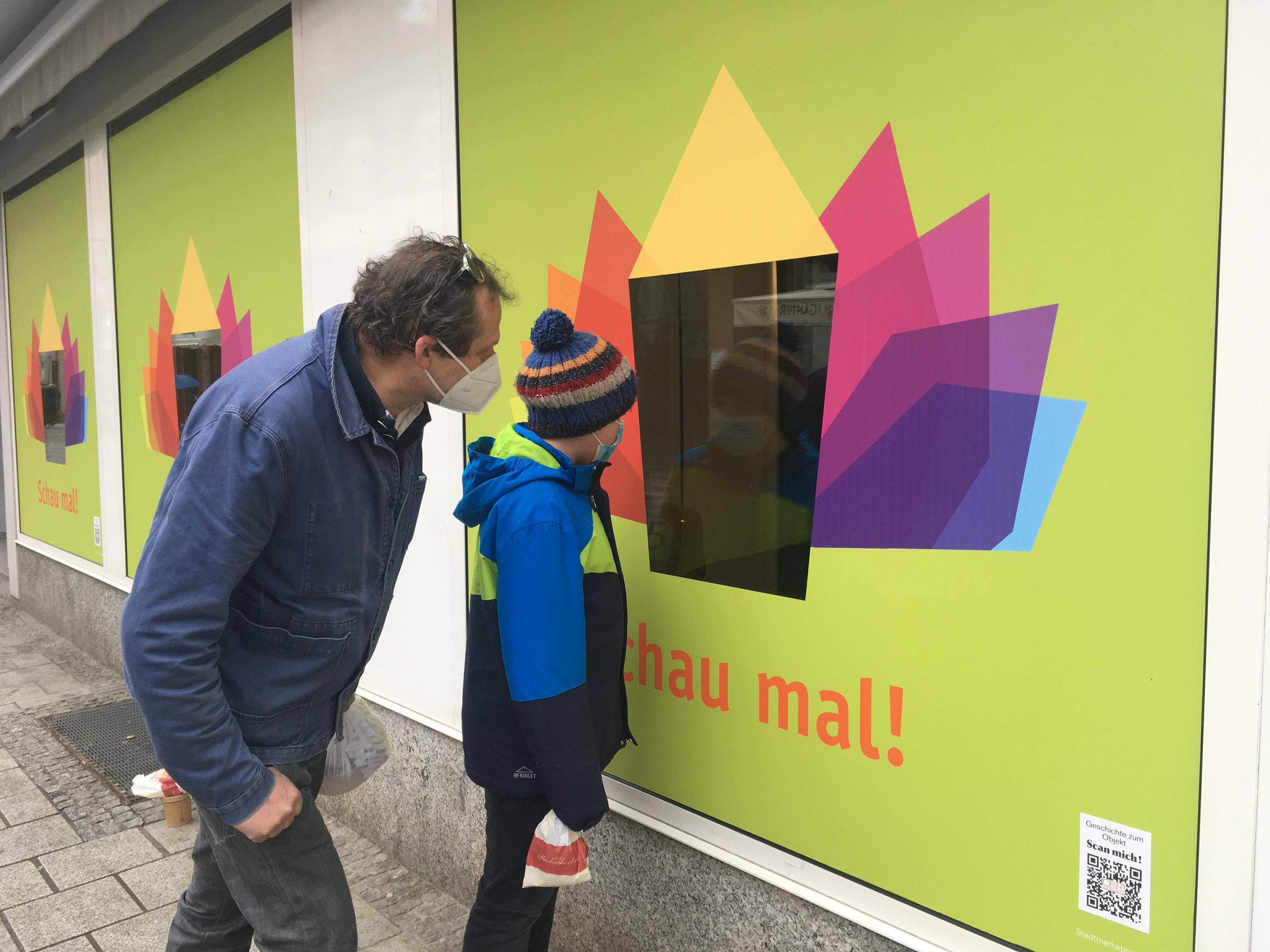 Schau mal-Stefan und Moritz Pöhler spickeln in die Schaufenster der Aktion Schau mal! Fotograf und Copyright Stadt Lahr2021