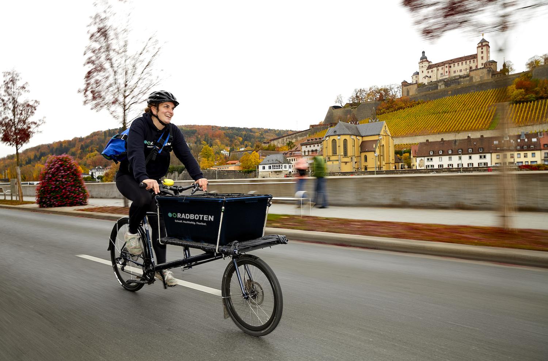WüLivery Radbotin beim Transport – Fotografin Karolin Zientarski – © Radboten GbR, Würzburg